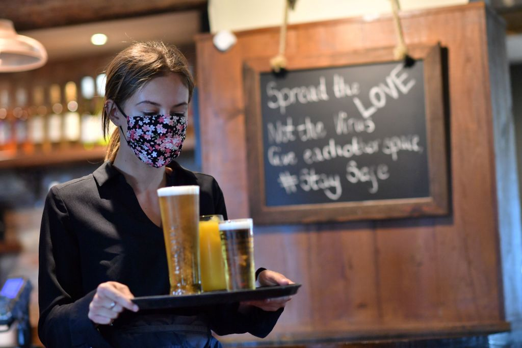face mask restaurant bar waitress coronavirus