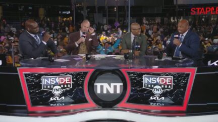 Shaq leads Lakers fans in